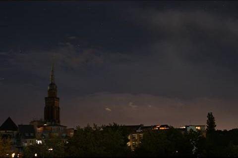 Nachtaufnahme mit Kirchturm, Himmel und Sternen